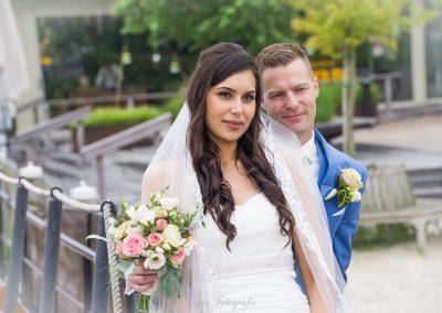 www.gansfotografie.nl wedding garnwerd aan zee boot, molen ,water Groningen-2566