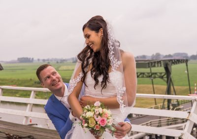 www.gansfotografie.nl wedding garnwerd aan zee boot, molen ,water Groningen-2464