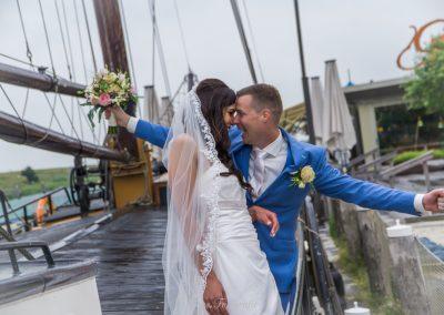 www.gansfotografie.nl wedding garnwerd aan zee boot, molen ,water Groningen-2576